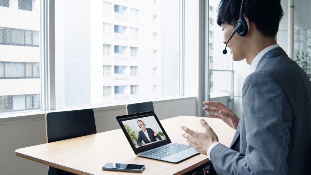 Mann am Laptop in einer Videokonferenz